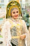 Het meisje in de donsachtige sjaal van Orenburg Royalty-vrije Stock Foto