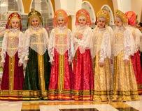 Het meisje in de donsachtige sjaal van Orenburg Stock Foto's