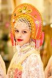 Het meisje in de donsachtige sjaal van Orenburg Stock Foto
