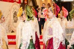Het meisje in de donsachtige sjaal van Orenburg Royalty-vrije Stock Fotografie