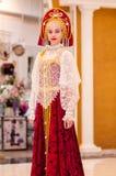 Het meisje in de donsachtige sjaal van Orenburg; Stock Foto