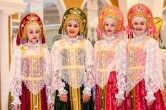 Het meisje in de donsachtige sjaal van Orenburg; Royalty-vrije Stock Afbeeldingen