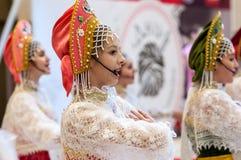 Het meisje in de donsachtige sjaal van Orenburg; Stock Fotografie