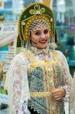 Het meisje in de donsachtige sjaal van Orenburg; Royalty-vrije Stock Afbeelding