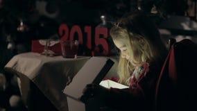 Het meisje in de duisternis opent de doos stock video