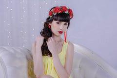 Het meisje in de gele kleding Stock Foto