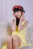 Het meisje in de gele kleding Royalty-vrije Stock Foto's