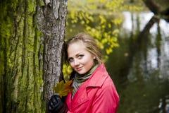 Het meisje in de herfst Stock Afbeeldingen