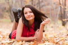 Het meisje in de herfst Stock Fotografie