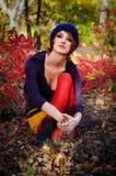 Het meisje in de herfsthout Stock Afbeeldingen