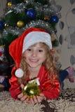 Het meisje in de kap Santa Claus royalty-vrije stock afbeelding