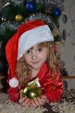 Het meisje in de kap Santa Claus in het huis royalty-vrije stock afbeelding