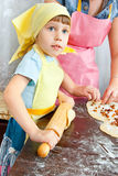 Het meisje in de keuken Royalty-vrije Stock Afbeeldingen
