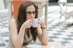 Het meisje in de koffie het drinken koffie Stock Fotografie