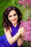 Het meisje in de lilac struiken royalty-vrije stock afbeeldingen