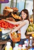 Het meisje is in de markt Stock Foto's