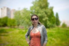 Het meisje in de overlapping van aard Royalty-vrije Stock Fotografie