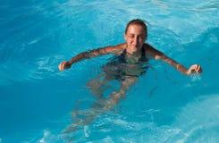 Het meisje in de pool Stock Foto's
