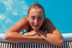 Het meisje in de pool Stock Fotografie