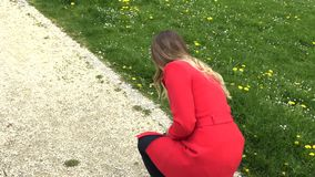 Het meisje in de rode kleding laat vallen de telefoon stock footage