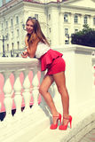 Het meisje in de rode schoenen Stock Foto