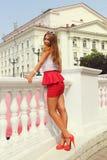 Het meisje in de rode schoenen Stock Afbeeldingen