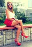 Het meisje in de rode schoenen Stock Foto's
