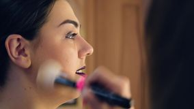 Het meisje in de schoonheidssalon stock video