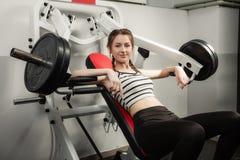 Het meisje in de sport van de de training gezonde levensstijl van het gymnastiekconcept Stock Afbeelding