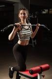 Het meisje in de sport van de de training gezonde levensstijl van het gymnastiekconcept Stock Foto's
