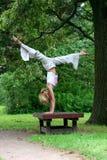 Het meisje in de sporten van parkspelen stock foto's