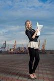 Het meisje de student over zaken door documenten in handen. stock foto's