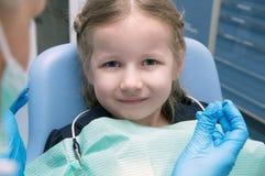 Het meisje in de tandkliniek wordt onderzocht die Royalty-vrije Stock Afbeeldingen