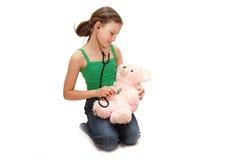 Het meisje de tiener behandelt een beer stock fotografie