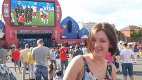 Het meisje in de ventilatorstreek van de wereldbeker 2018 van FIFA in Samara stock video