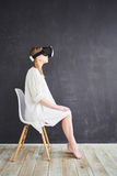 Het meisje in de virtuele werkelijkheidshelm royalty-vrije stock afbeeldingen