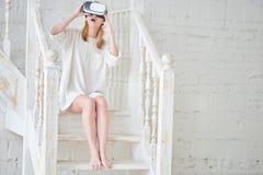 Het meisje in de virtuele werkelijkheidshelm stock fotografie