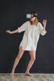 Het meisje in de virtuele werkelijkheidshelm royalty-vrije stock fotografie