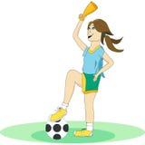 Het meisje in de vorm van het spelen van voetbal Stock Afbeeldingen