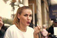 Het meisje of de vrouw eet met vork in koffie in Parijs stock fotografie