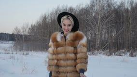 Het meisje in de winter bij zonsondergang stock footage