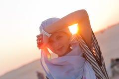 Het meisje in de woestijn Stock Foto's