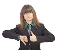Het meisje denkt na, wegend pros - en - cons. Royalty-vrije Stock Fotografie