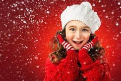 Het meisje denkt over Kerstman op rode achtergrond De verkoop van Kerstmis stock foto's