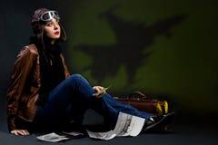 Het meisje denkt over vliegtuigen Stock Fotografie