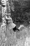 Het meisje dichtbij een berk Stock Afbeeldingen