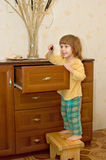 Het meisje dichtbij een kast Stock Foto