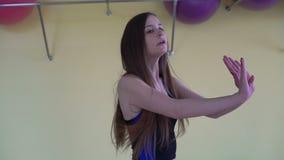 Het meisje die actieve aerobics in een geschiktheidsclub doen 4K stock videobeelden
