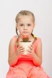 Het meisje die een cactus houden houdt Stock Fotografie
