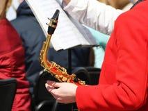 Het meisje die een trompet houden is een muzikaal instrument royalty-vrije stock foto's